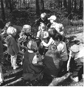 Kinder beim Waldtag